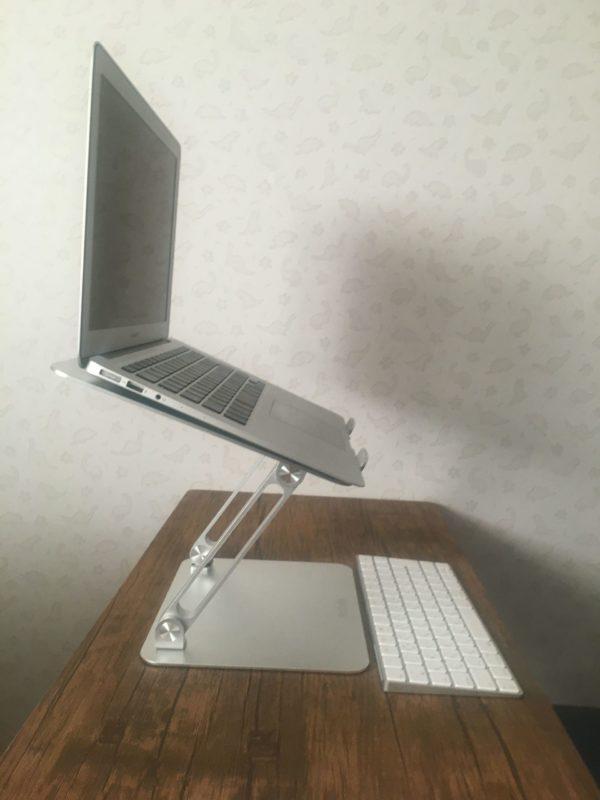 パソコンスタンドにパソコンセット キーボードあり